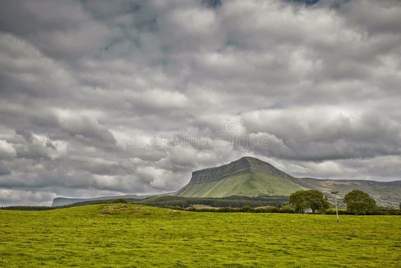 Ben Bulben Mountain in Sligo, Irlanda, sulla costa occidentale fotografia stock libera da diritti