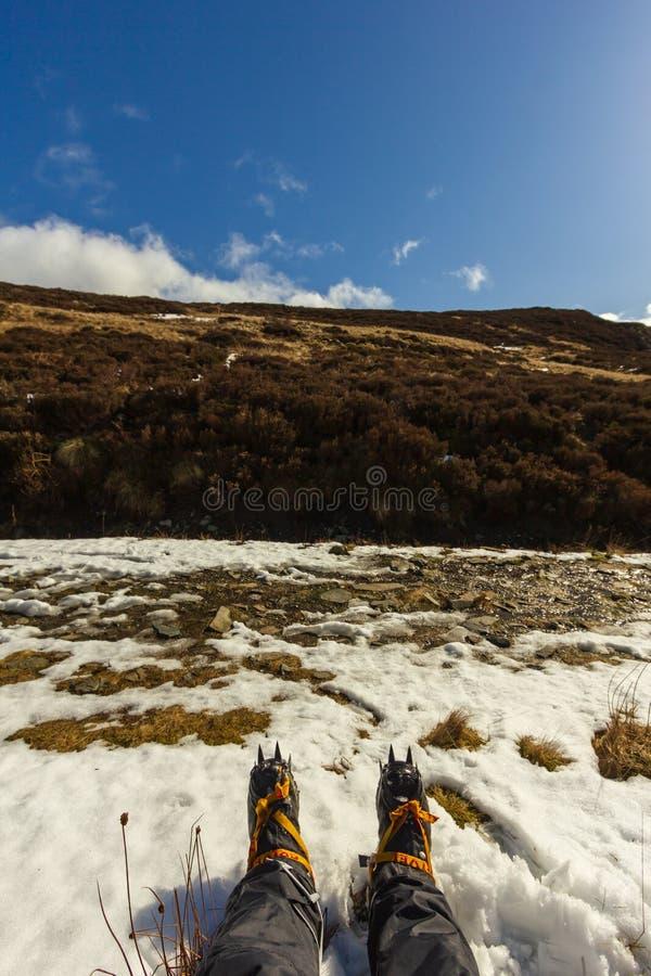 Ben Chonzie, Perth i Kinross/, Zjednoczone Królestwo, Marzec - 14, 2019: Widok alpinista z Grivel G12 nowym klasycznym crampon zdjęcia stock