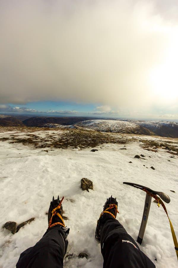 Ben Chonzie, Perth i Kinross/, Zjednoczone Królestwo, Marzec - 14, 2019: Widok alpinista z Grivel G12 nowym klasycznym crampon fotografia royalty free