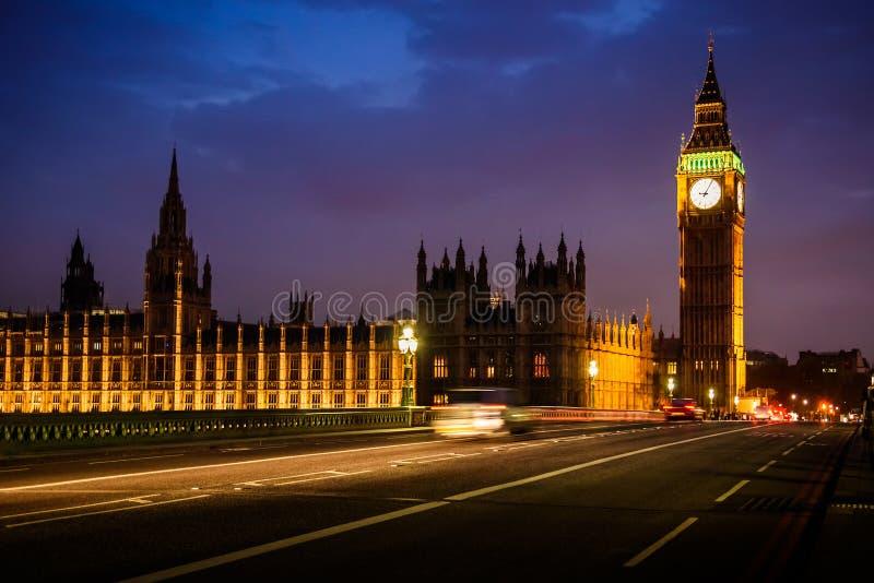 Ben Clock Tower e casa grandes do parlamento na noite, Londres imagem de stock royalty free