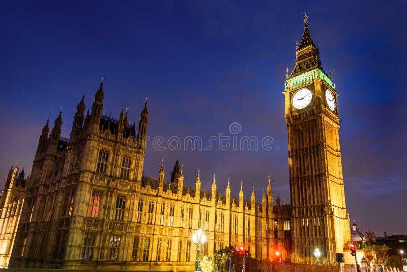 Ben Clock Tower e casa grandes do parlamento na noite, Londres foto de stock royalty free