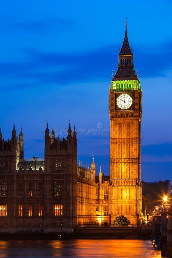 Ben Clock Tower e casas grandes do parlamento na cidade dos westmins imagens de stock royalty free