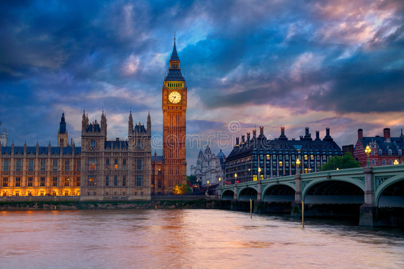 Ben Clock Tower London grande em Thames River fotografia de stock royalty free