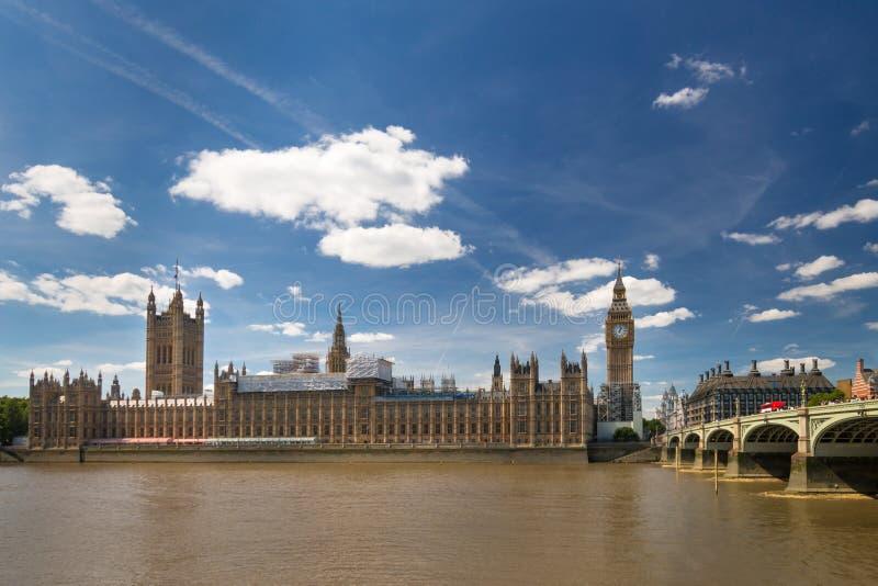 Ben Elizabeth Tower y el palacio grandes de Westminster experimentan el trabajo de la renovación y de la protección imagenes de archivo