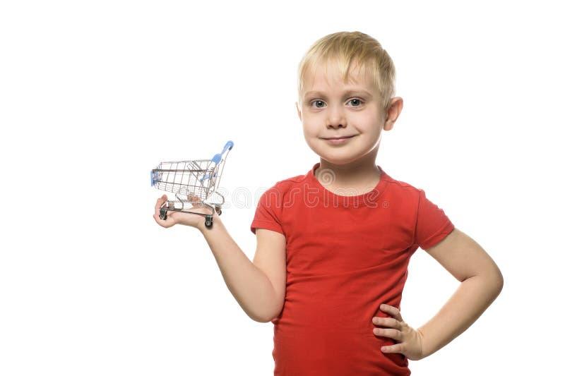 ben för bakgrundspåsebegrepp som shoppar den vita kvinnan Blond gullig liten le pojke i den röda t-skjortan som rymmer en liten m arkivfoton