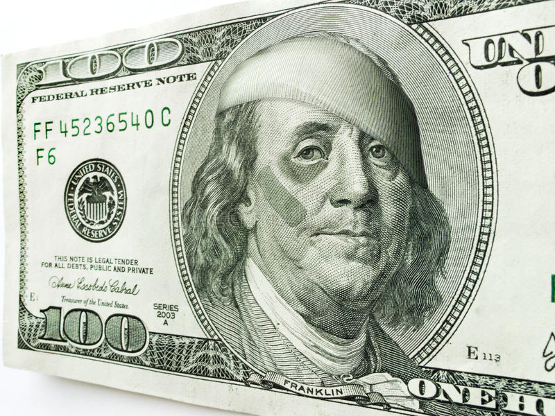 Ben Franklin Wearing Bandages Ed Aiuto Di Banda Con L Occhio Nero Su Cento Banconote In Dollari Fotografie Stock