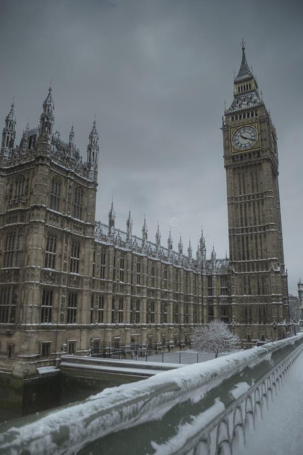 Ben grande en un día de invierno nevoso imagen de archivo
