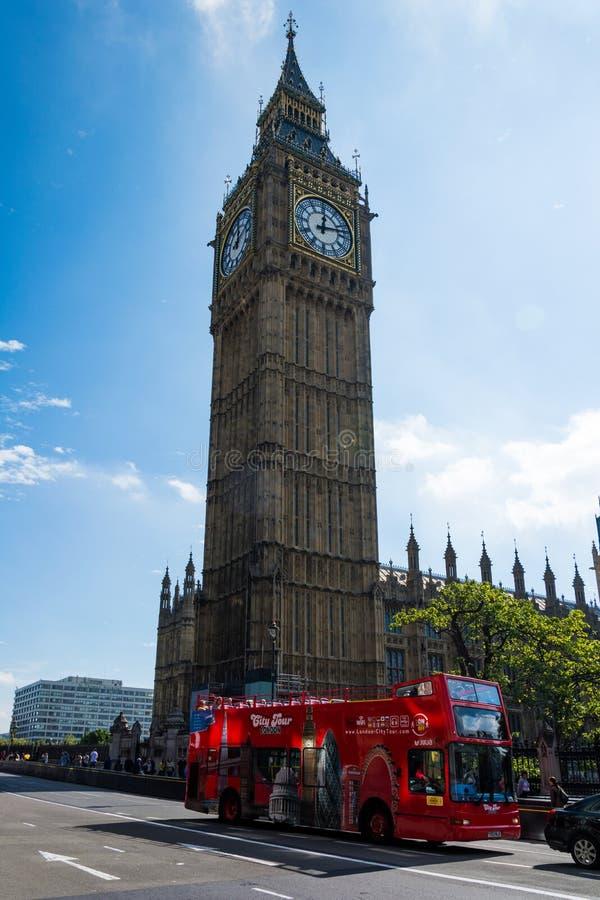 Ben With grande um ônibus vermelho fotografia de stock