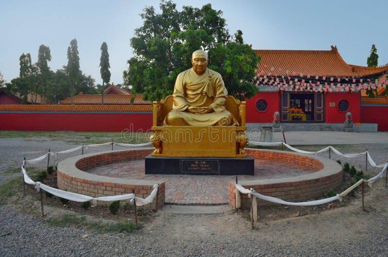 Ben Huan monument nära Kina den buddistiska kloster i Lumbini, Nepal fotografering för bildbyråer
