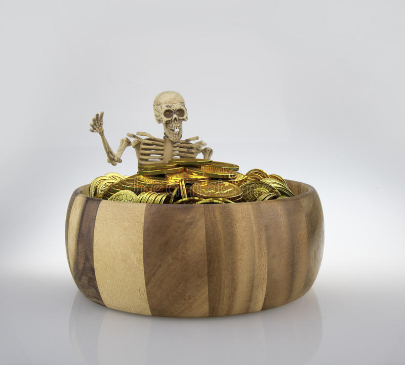 Ben i det wood röret med pengarmyntet arkivfoton