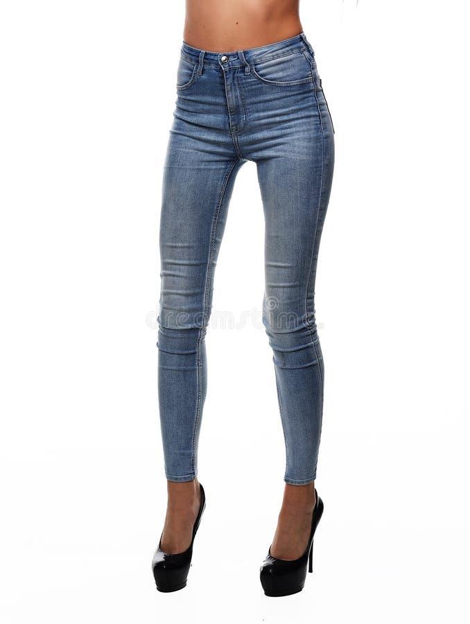 Ben i jeans tillhör den härliga flickan Isolerat på vitbaksida royaltyfria foton