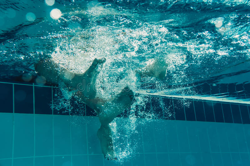 Ben i simbassäng arkivbild