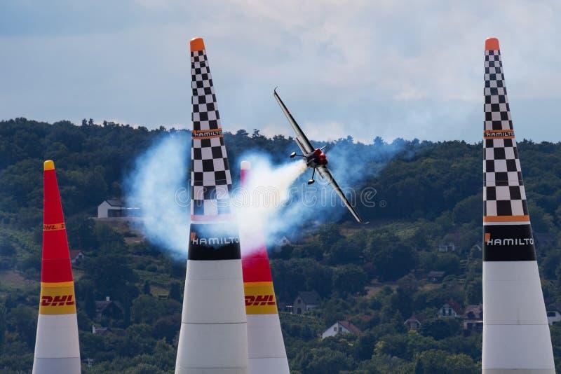 Ben Murphy z N540BM Zivko krawędzią 540 i latać nad Jeziornym Balaton przy Zamardi miastem dla Red Bull powietrza rasy 2019 zdjęcia royalty free