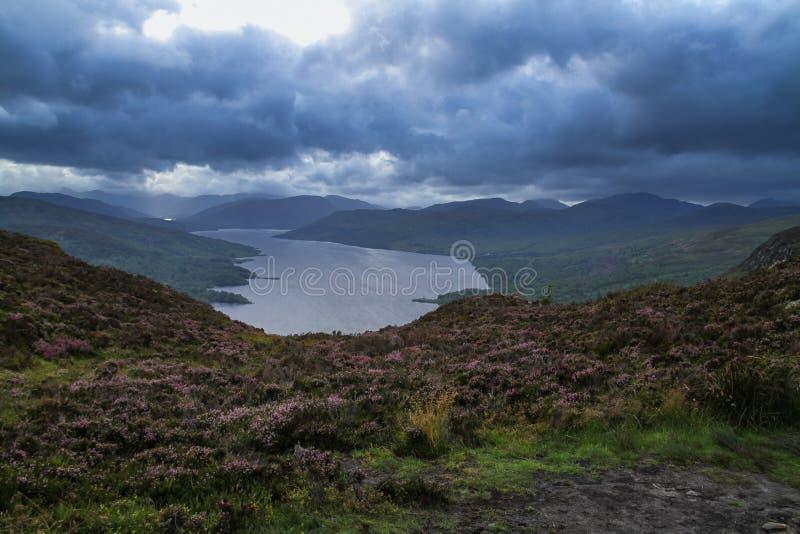 Ben A'an para Glen Finglas Reservoir Scotland imagem de stock royalty free