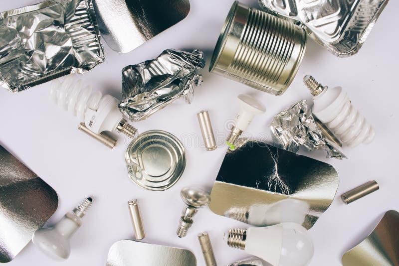 Ben plastic vrij, sparen ecologie Foliecontainers voor éénmalig gebruik, zilveren cardboards, metaalblikken, batterijen, licht bu stock afbeeldingen