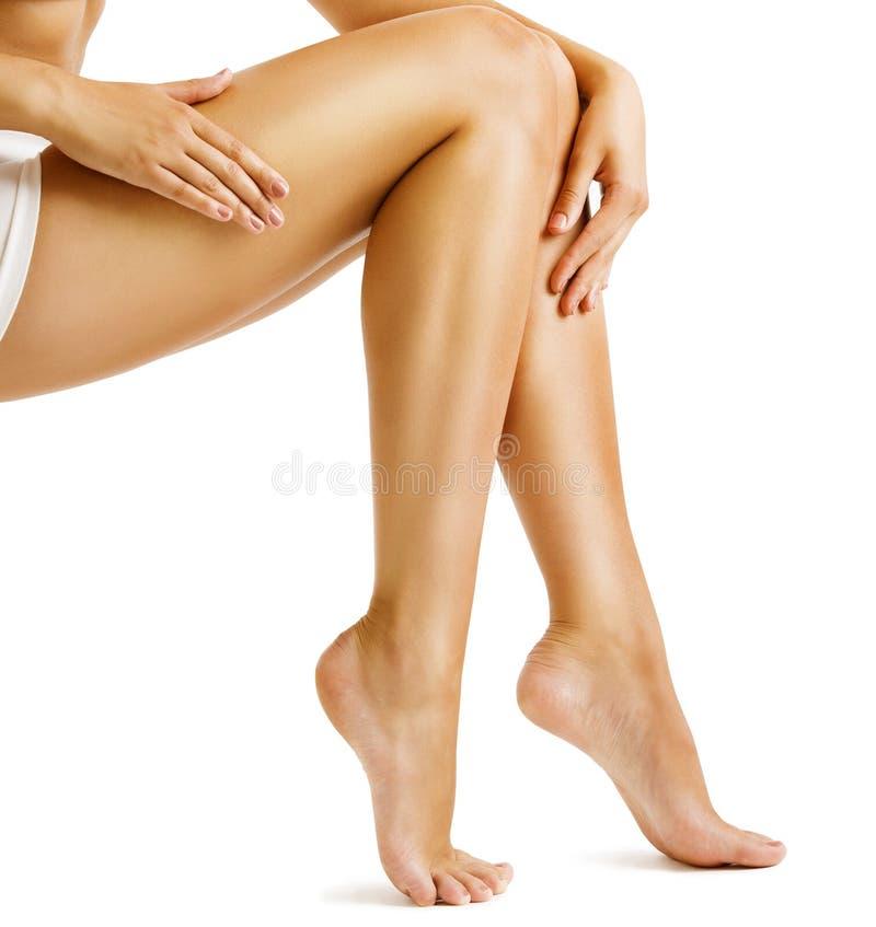 Ben slätar hud, det rörande hårlösa benet för kvinnan, skönhetomsorg arkivbilder