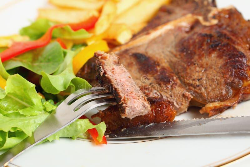 ben som äter steak t royaltyfria bilder