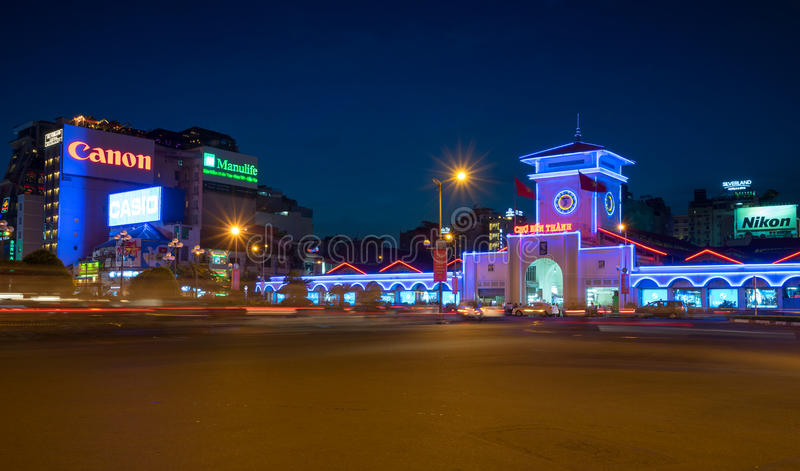 Ben Thanh Market bij nacht blauw uur met kleurrijk neonlicht stock fotografie