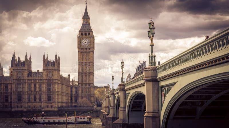 Ben Tower e casas grandes do parlamento, Londres Reino Unido EM ABRIL DE 2016 imagem de stock royalty free