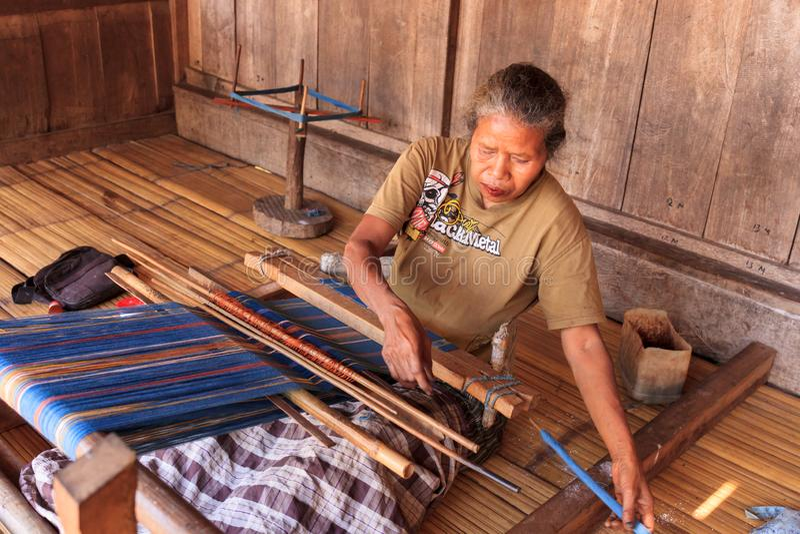Bena, Flores, Индонезия, 10-ое октября 2018 - один из основных источников дохода в традиционной деревне Bena стоковое изображение rf
