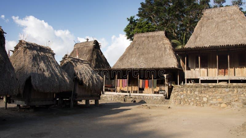 Bena un village traditionnel avec des huttes d'herbe des personnes de Ngada dans Flores près de Bajawa photo stock