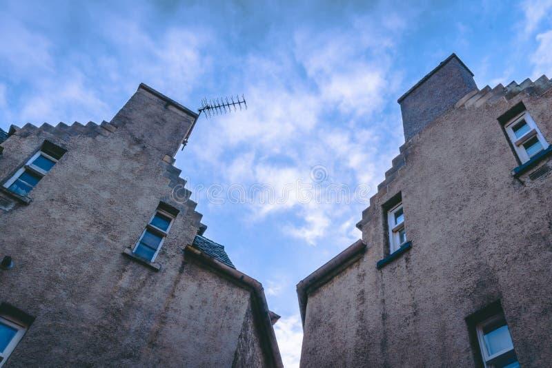 Benachbarte Häuser nebeneinander stockbilder