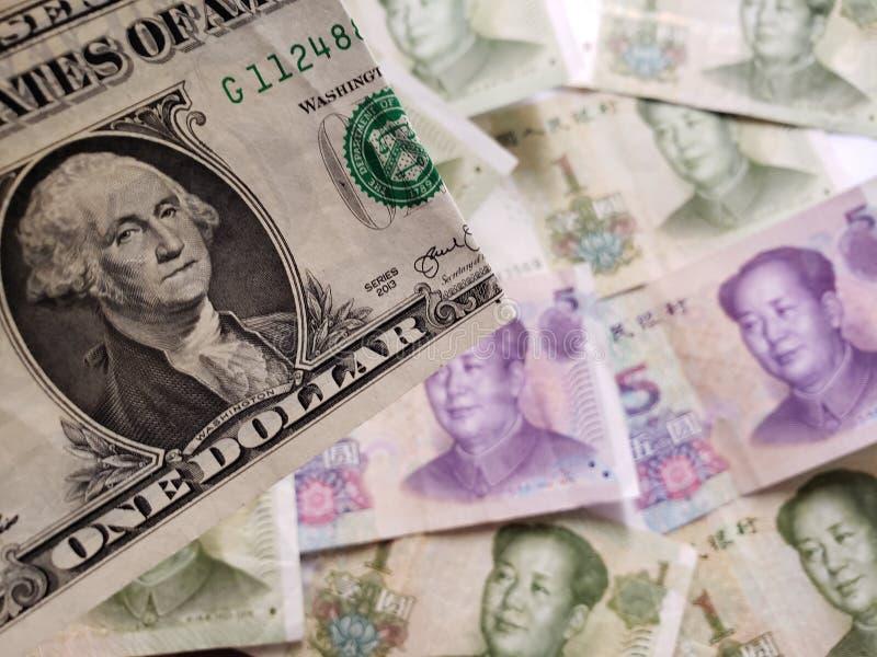 benadering van Amerikaanse dollarrekening en achtergrond met Chinese bankbiljetten stock afbeeldingen