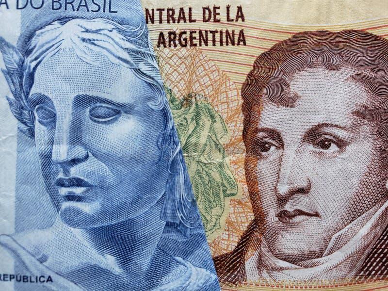 benadering van Braziliaans bankbiljet van twee reais en Argentijns bankbiljet van tien peso's