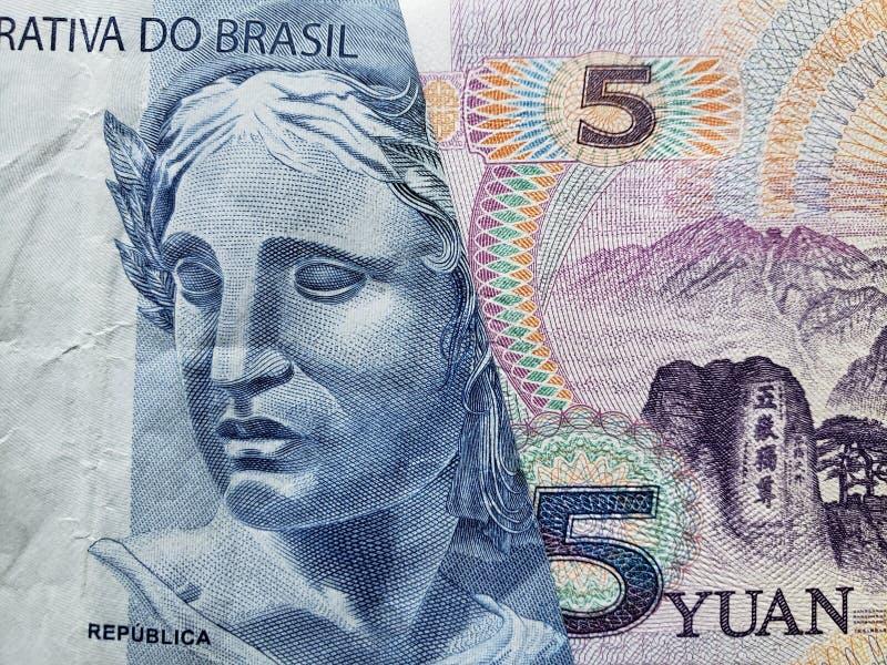 benadering van Braziliaans bankbiljet van twee reais en Chinees bankbiljet van vijf yuans
