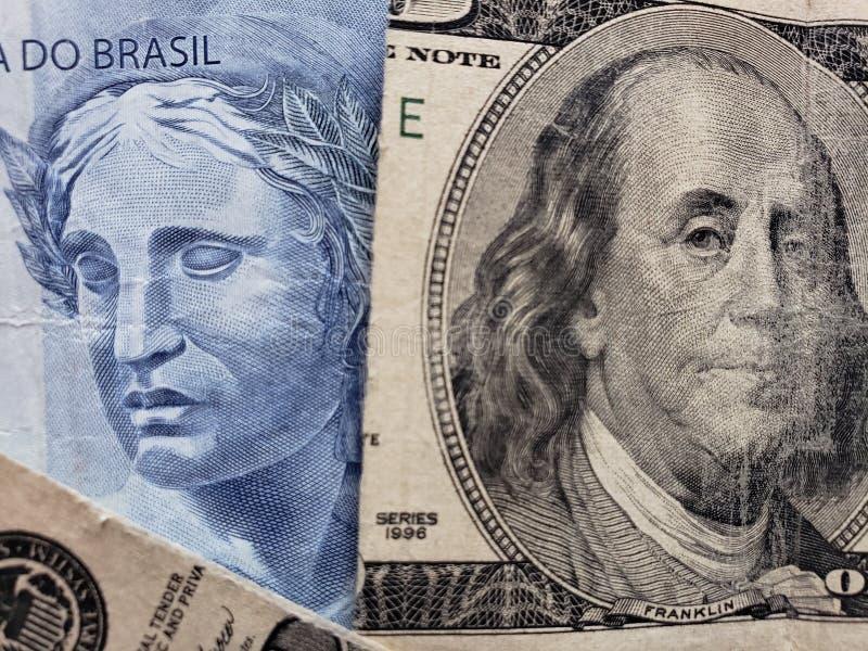 benadering van Braziliaans bankbiljet van twee reais en gebroken Amerikaans bankbiljet van 100 dollars