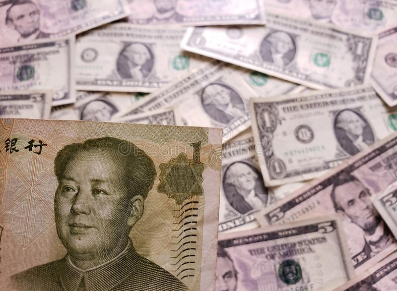 benadering van Chinees bankbiljet van één yuans en achtergrond met Amerikaanse dollarsrekeningen royalty-vrije stock afbeeldingen