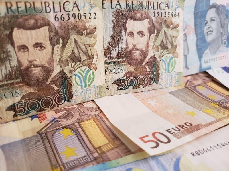 benadering van Columbiaanse bankbiljetten en euro rekeningen stock afbeeldingen