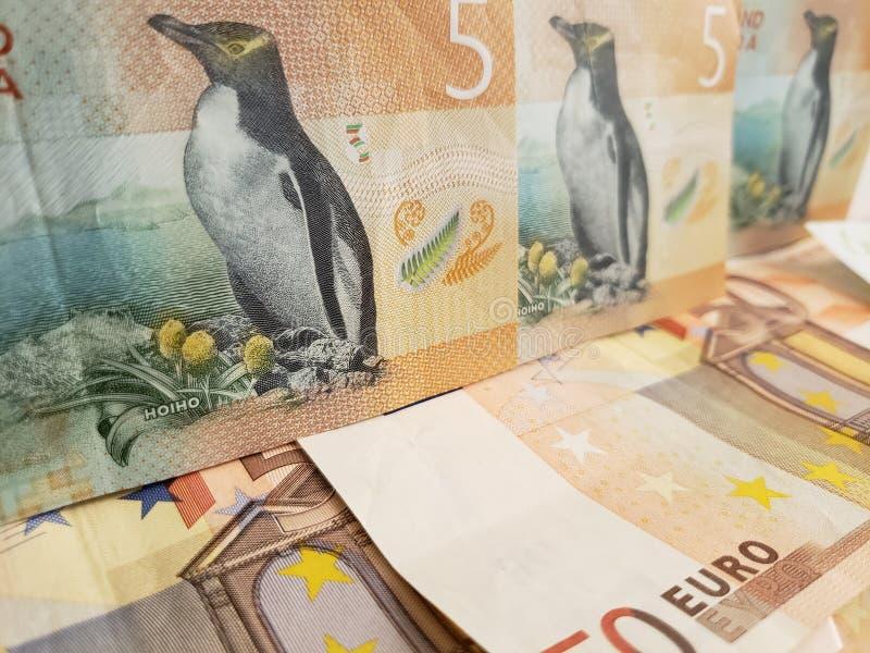 benadering van de bankbiljetten van Nieuw Zeeland en euro rekeningen royalty-vrije stock foto's