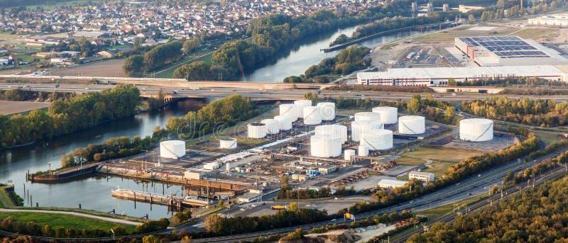 Benadering van de Internationale Luchthaven van Frankfurt met mening aan de oliepost royalty-vrije stock afbeelding