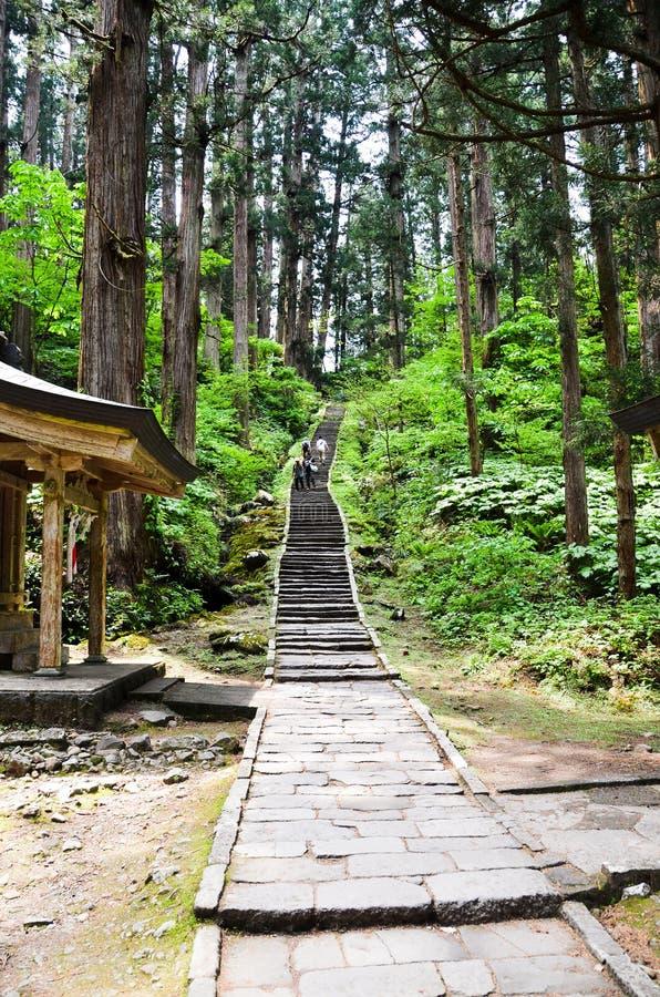 Benadering van Dewa-Heiligdom in MT Haguro, Yamagata, Japan royalty-vrije stock afbeeldingen