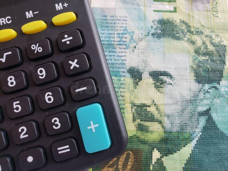 benadering van een Israëlisch bankbiljet van sjekel 20 en calculator royalty-vrije stock foto