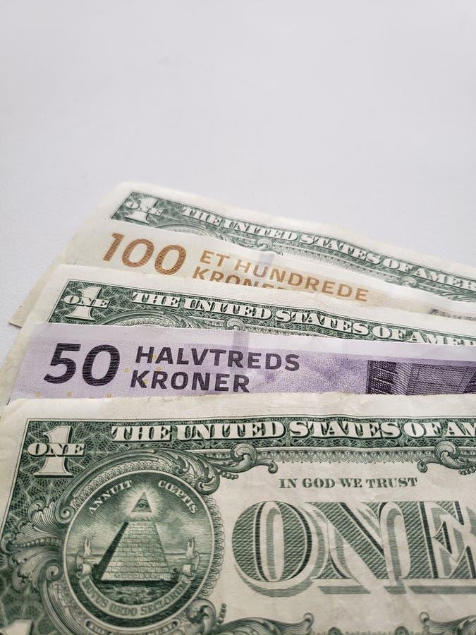 benadering van Zweedse bankbiljetten en Amerikaanse dollarrekeningen stock foto