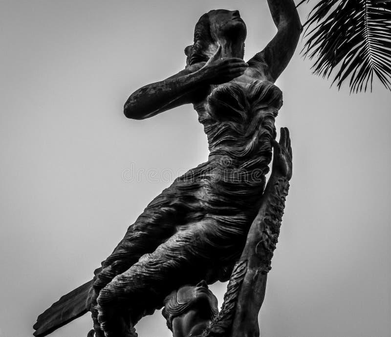Benaderingen van het standbeeld in zwart-wit stock afbeelding