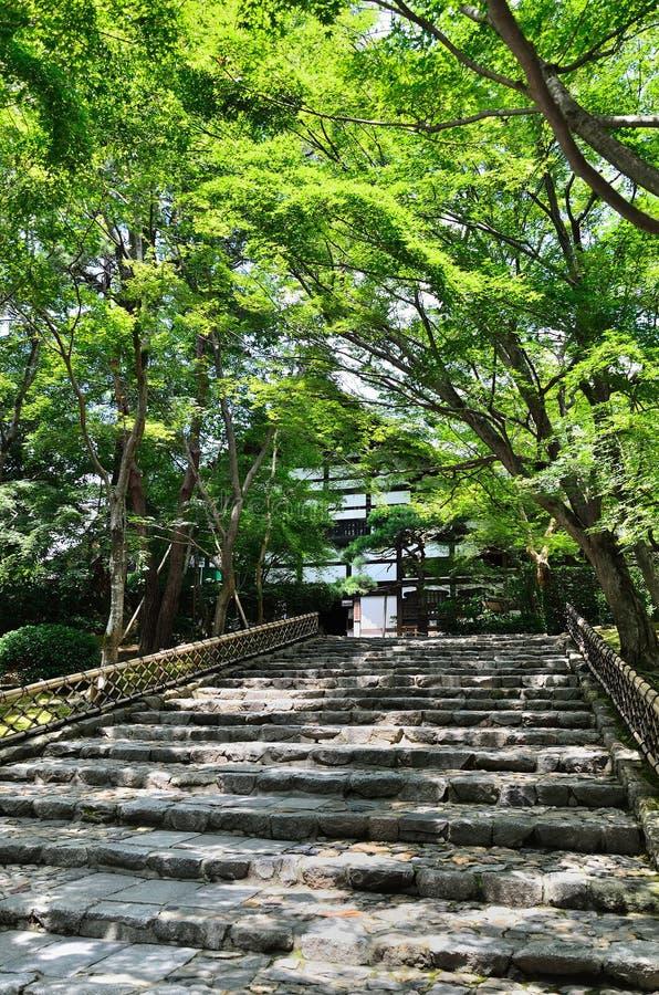 Benaderingsweg van Ryoanji-Tempel, Kyoto Japan royalty-vrije stock afbeeldingen