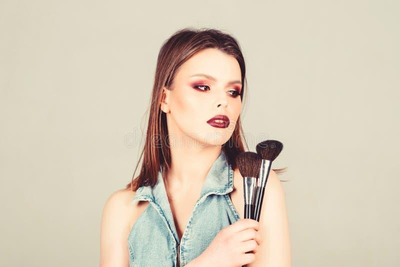 Benadruk vrouwelijkheid Meisje past granaatoogschaduwen toe Ziet er goed uit en voelt u vol vertrouwen Makeup donkere lippen aant royalty-vrije stock afbeelding