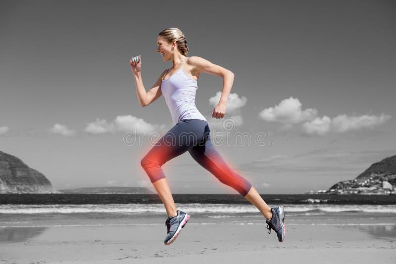 Benadrukt been van joggingvrouw op strand stock afbeeldingen