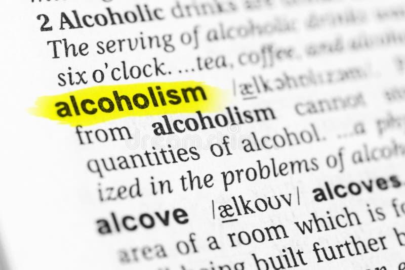 Benadrukt Engels woordalcoholisme en zijn definitie in het woordenboek stock foto