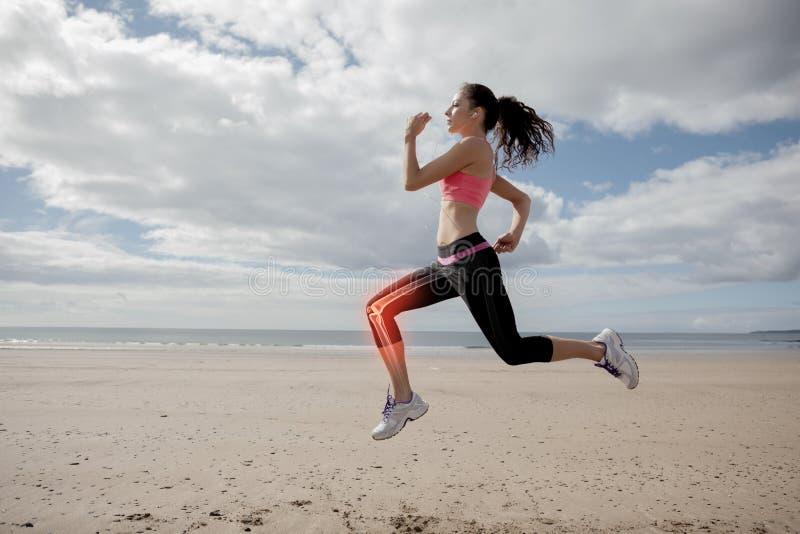 Benadrukte beenbeenderen van joggingvrouw op strand royalty-vrije stock afbeelding