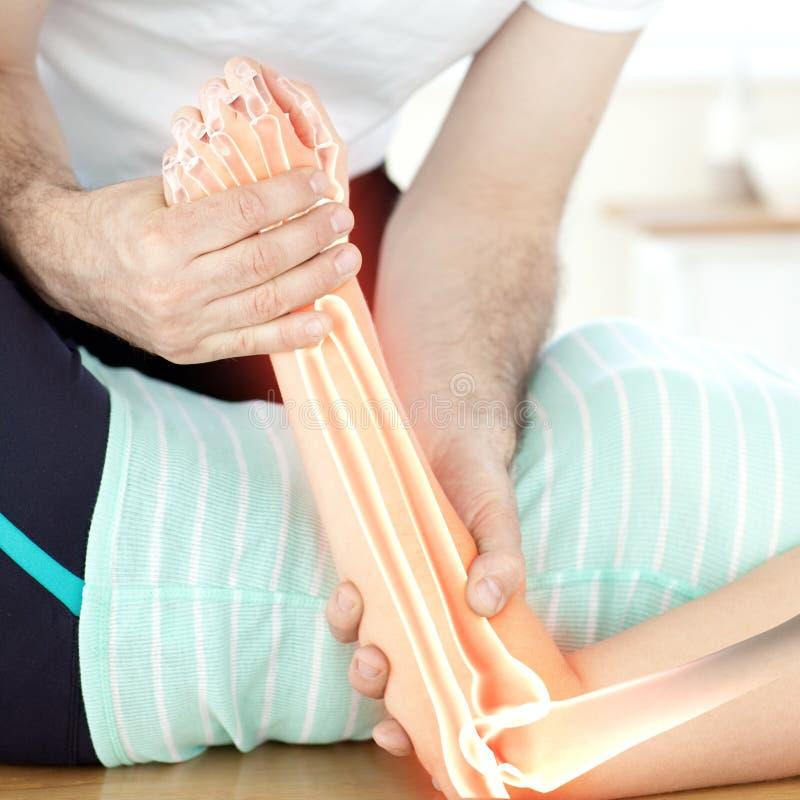 Benadrukte beenderen van vrouw bij fysiotherapeut stock foto's