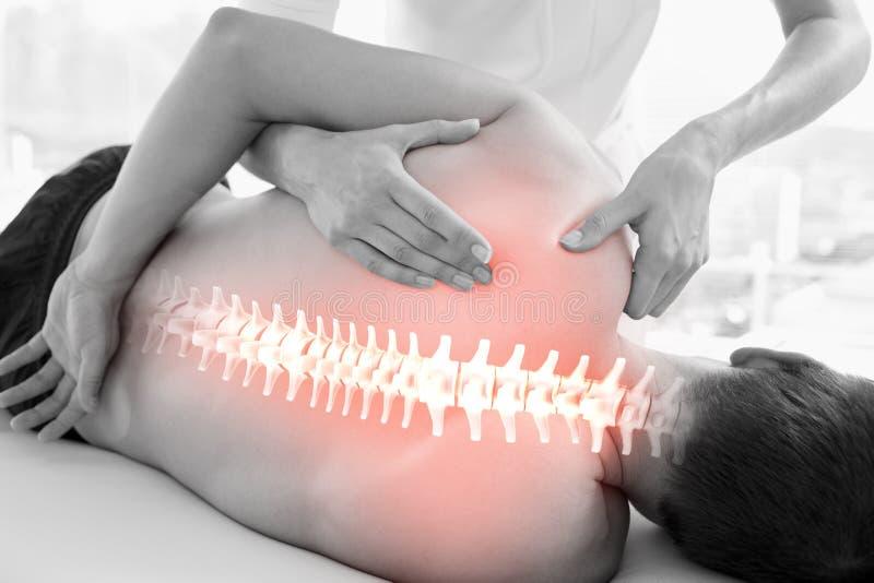 Benadrukte stekel van de mens bij fysiotherapie stock afbeeldingen