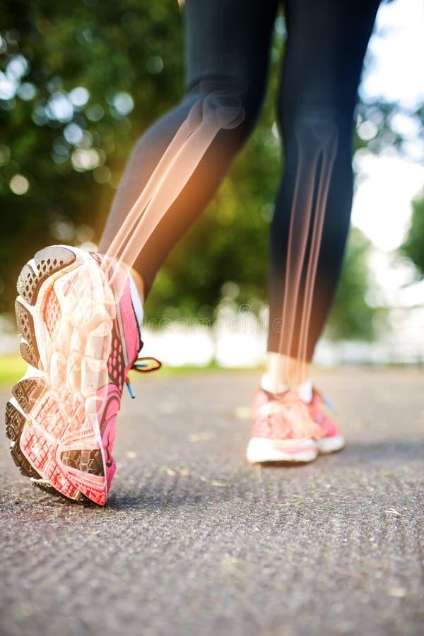 Benadrukte voetbeenderen van joggingvrouw royalty-vrije stock afbeeldingen