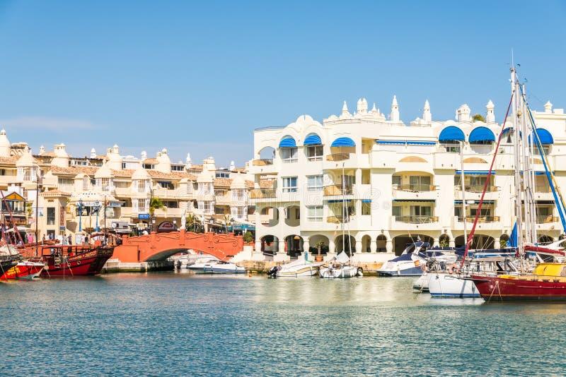 BENALMADENA,西班牙- 5月10日, 2018豪华小船和公寓我 免版税库存照片