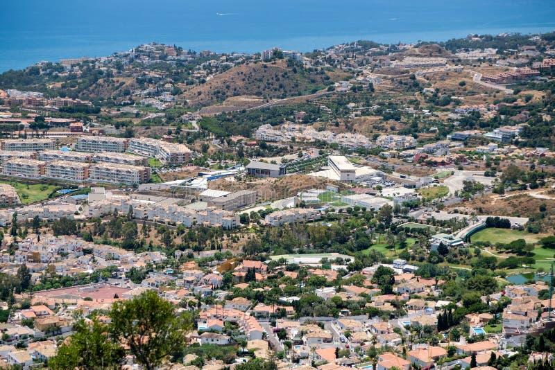 BENALMADENA, ANDALUCIA/SPAIN - LIPIEC 7: Widok od góry Calamorr zdjęcie stock