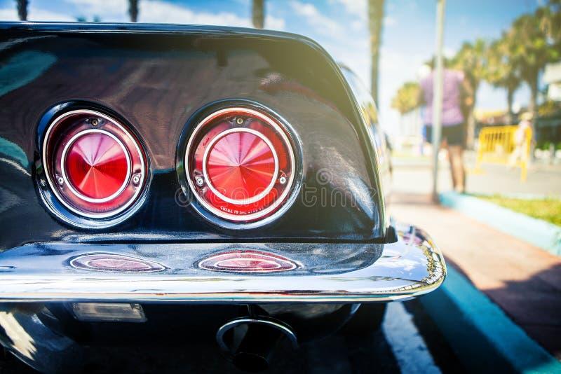 Benalmadena, España - 21 de junio de 2015: Luces posteriores de Chevrolet Corvette negro C3, parqueadas en Benalmadena España, el imagen de archivo
