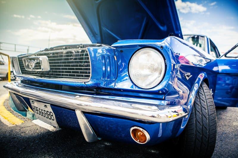 Benalmadena, España - 21 de junio de 2015: Vista delantera de Ford Mustang clásico en color azul imagen de archivo